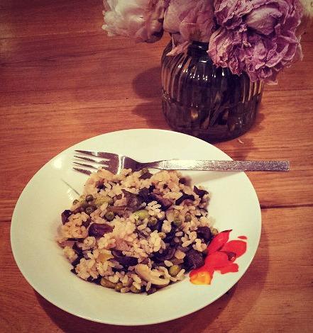 ריזוטו פרימוורה עם תרד, פטריות, בצל ירוק, אפונה ופולי סויה (אדממה) פשוט מבשלת
